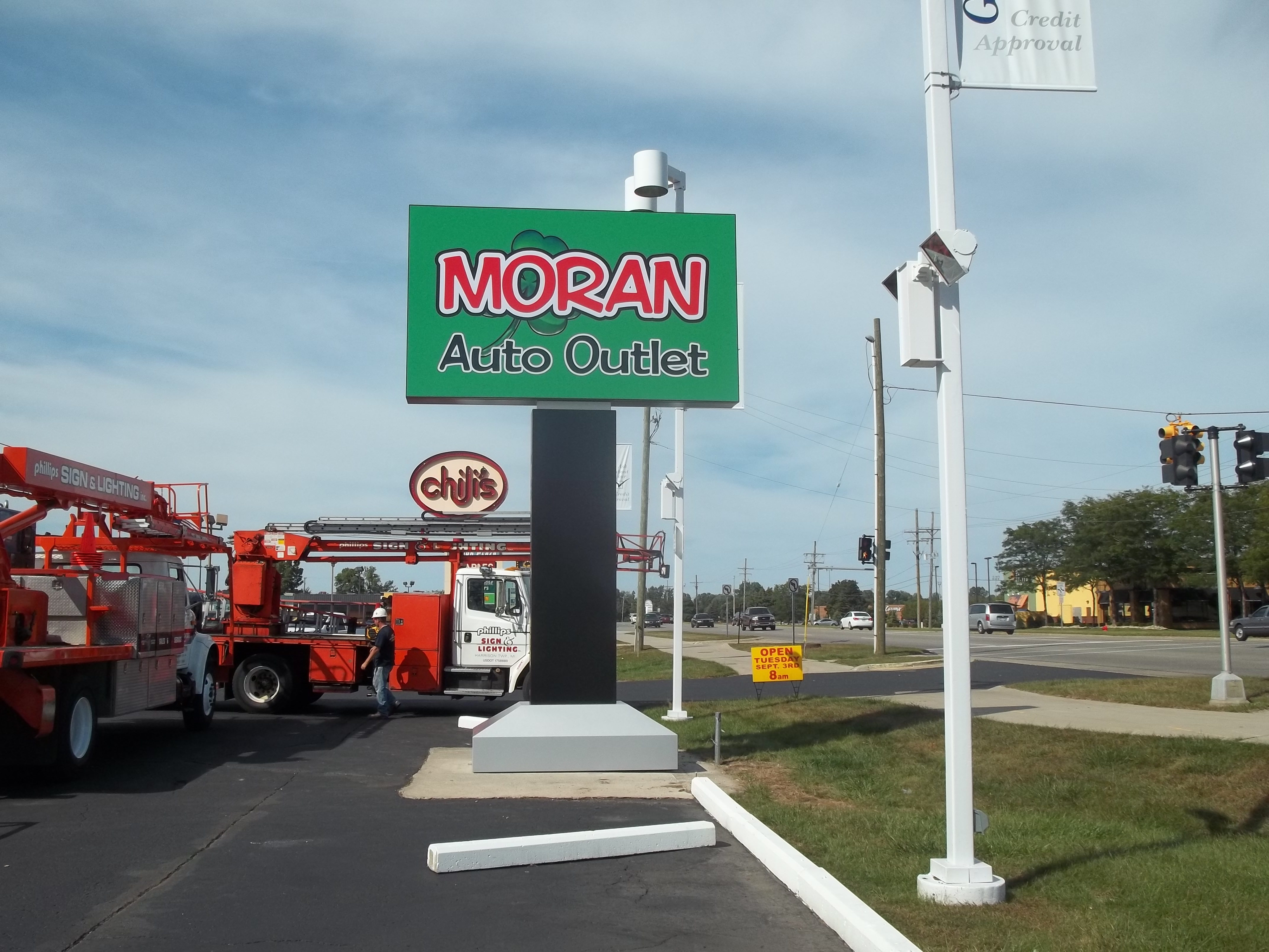 Moran Auto Outlet - Fort Gratiot Pole Sign